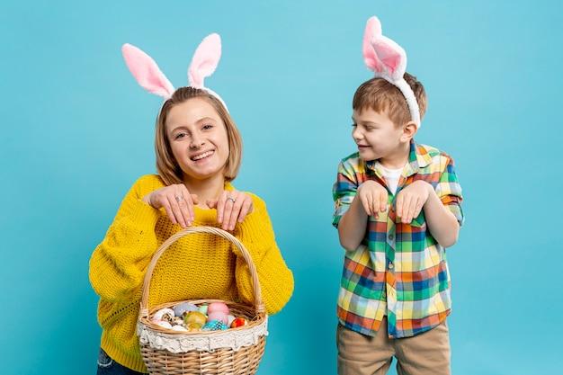 Moeder en zoon die konijnpositie imiteren