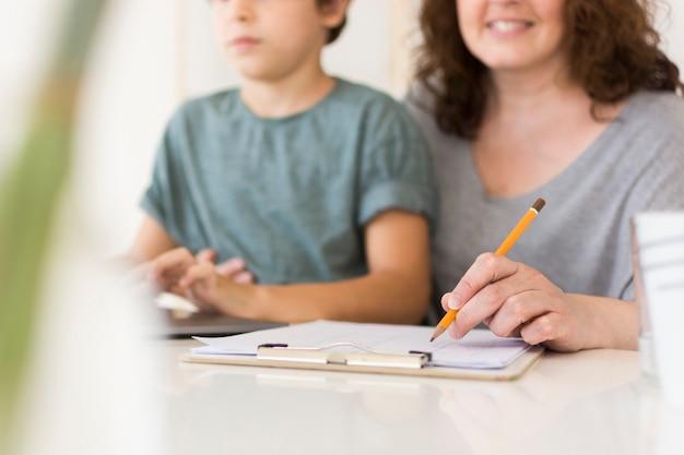 Moeder en zoon die op laptop kijken