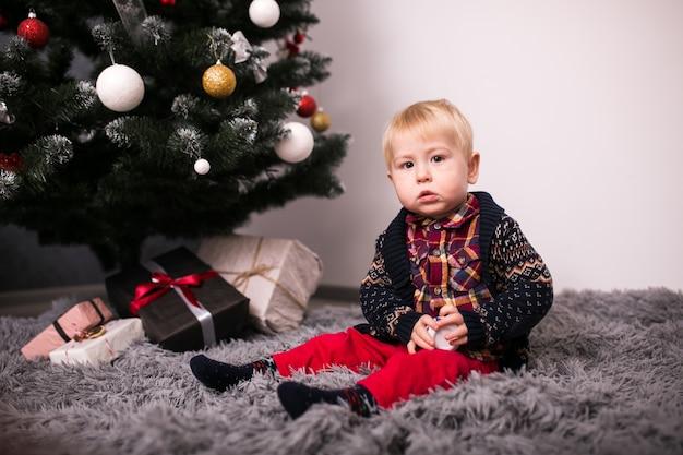 Moeder en zoon door de kerstboom