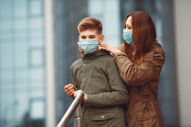 Moeder en zoon dragen wegwerpmaskers
