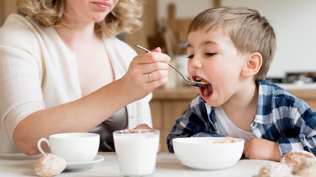 Moeder en zoon eten granen voor het ontbijt