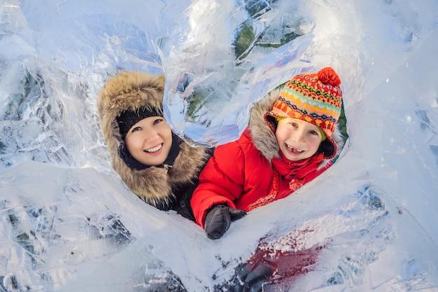 Moeder en zoon genieten van mooie winterdag