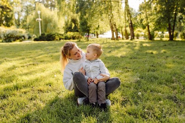 Moeder en zoon hebben samen activiteiten op vakantie