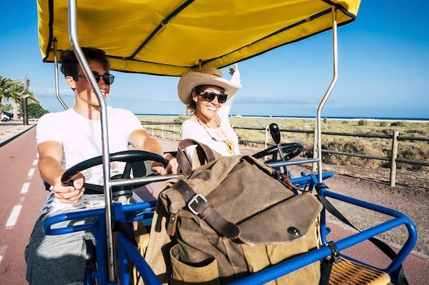 Moeder en zoon hebben samen plezier op een toeristenfiets tijdens de zomervakantie