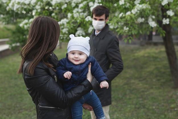 Moeder en zoon houden afstand van hun vader om niet besmet te raken met covid-19