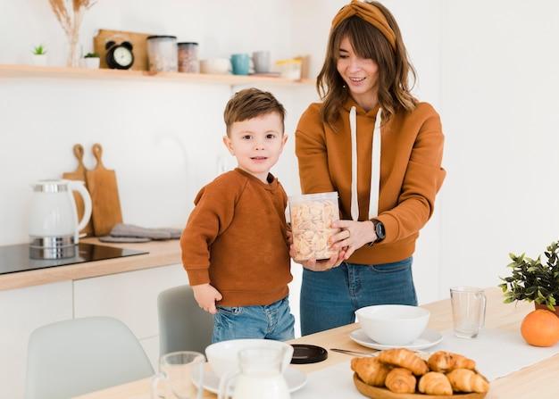 Moeder en zoon in de keuken