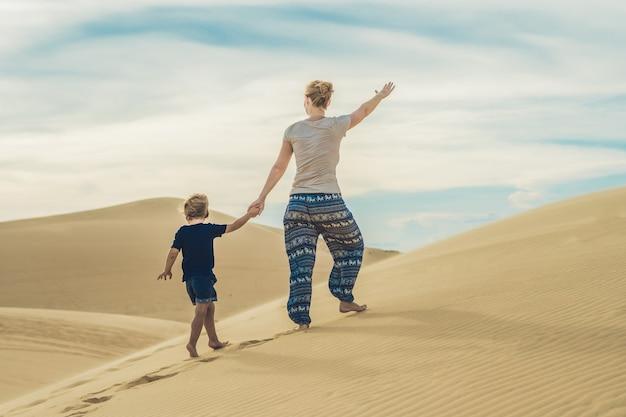 Moeder en zoon in de woestijn. reizen met kinderen concept