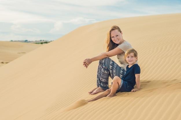 Moeder en zoon in de woestijn. reizen met kinderen