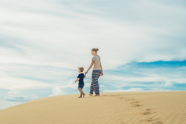 Moeder en zoon in de woestijn