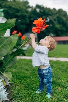 Moeder en zoon kijken naar bloemen