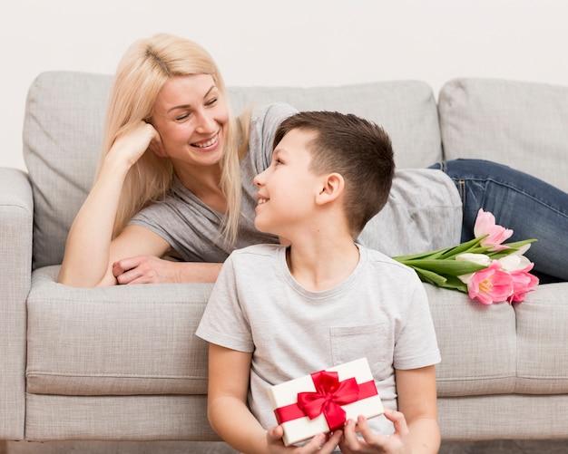 Moeder en zoon kijken naar elkaar