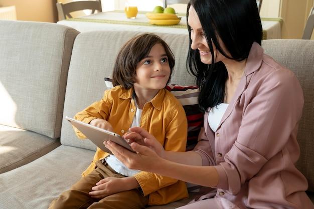 Moeder en zoon kijken op een tablet