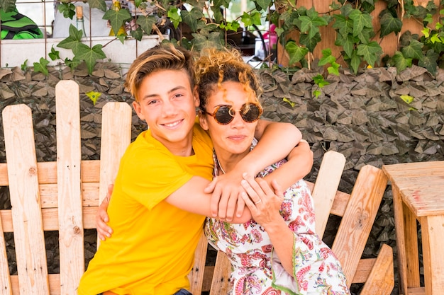 Moeder en zoon knuffelen met een glimlach en genieten samen van vrije tijd
