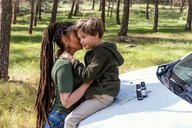 Moeder en zoon knuffelen
