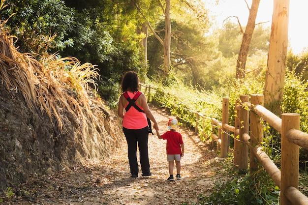 Moeder en zoon lopen door het veld