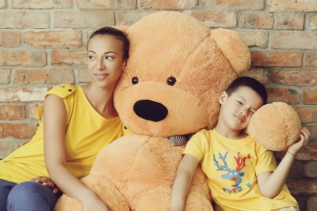 Moeder en zoon met enorme teddybeer