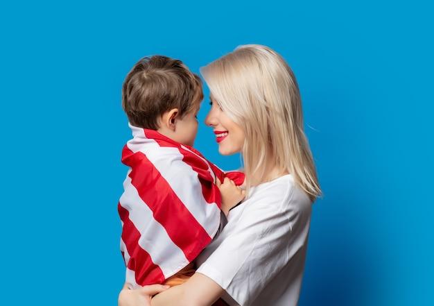 Moeder en zoon met usa vlag op blauwe ruimte