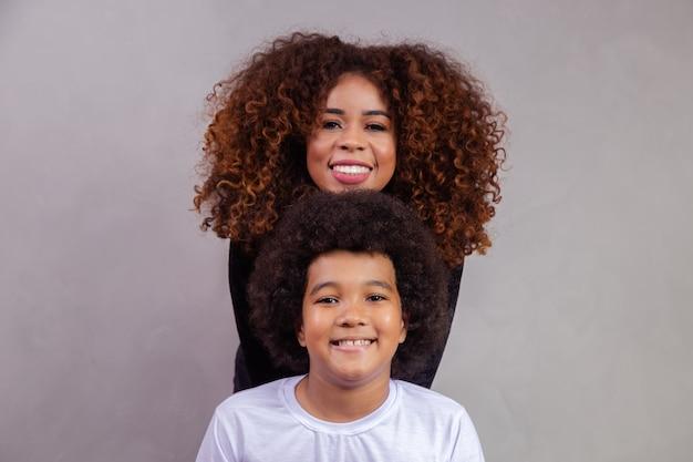 Moeder en zoon met zwart haar in powerstijl.