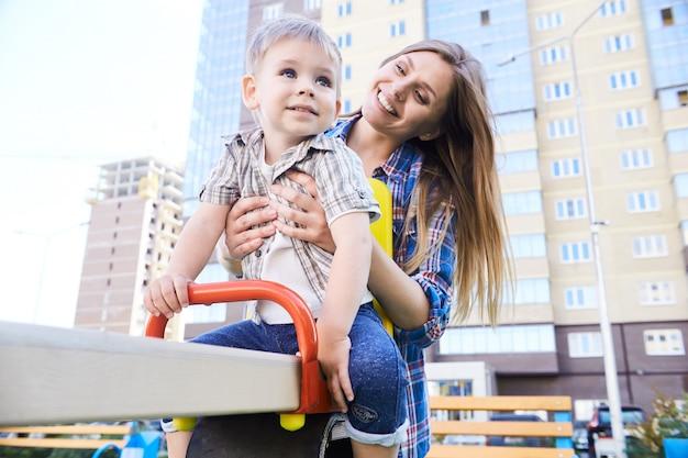 Moeder en zoon op de speelplaats
