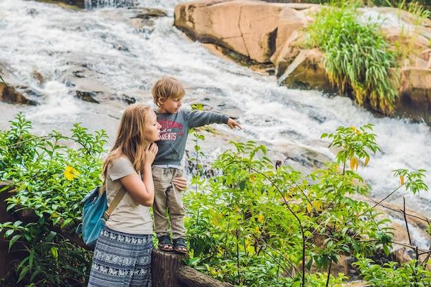 Moeder en zoon op het oppervlak van de prachtige camly-waterval in de stad da lat,