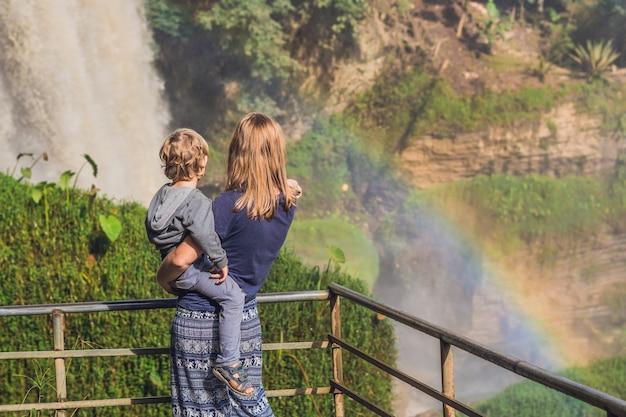 Moeder en zoon op het oppervlak van het majestueuze landschap van de waterval van de olifant in de zomer in de provincie lam dong, dalat, vietnam