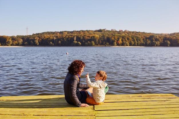 Moeder en zoon rusten aan het meer
