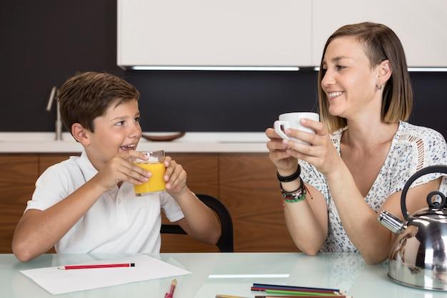 Moeder en zoon samen een snack