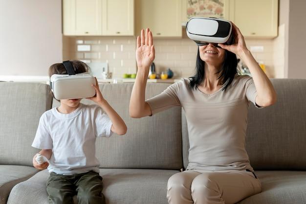Moeder en zoon spelen een virtual reality-spel
