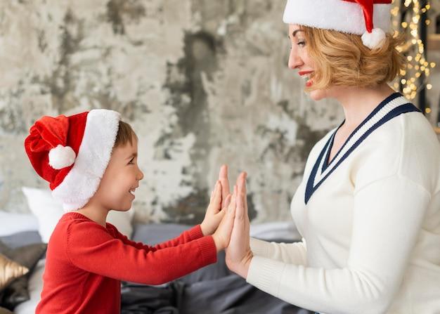 Moeder en zoon spelen op kerstmis