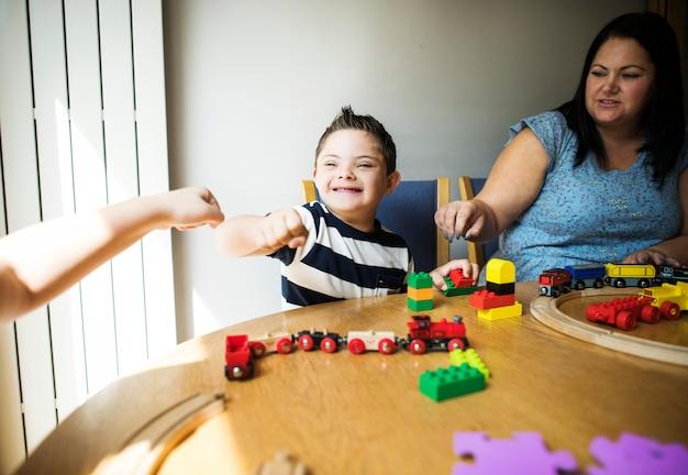 Moeder en zoon spelen samen aan een tafel