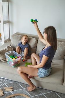 Moeder en zoon spelen samen, bouwsteenspeelgoed