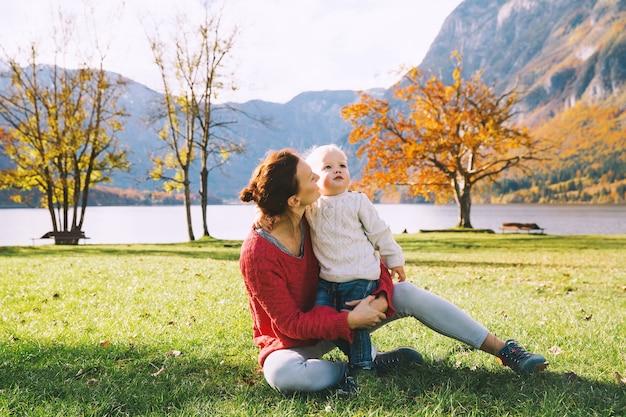 Moeder en zoon wandelen buiten herfst op lake bohinj slovenië europa