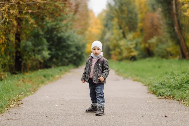 Moeder en zoon wandelen en plezier samen in het herfstpark.