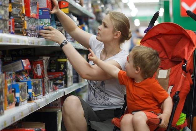 Moeder en zoon winkelen voor speelgoed