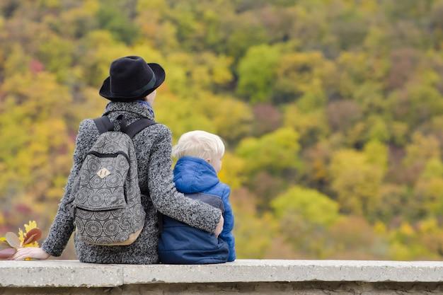 Moeder en zoon zitten op een hoog terrein