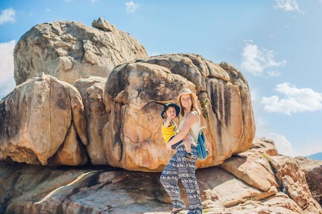 Moeder en zoonreizigers bij de hon chong-kaap, tuinsteen, populaire toeristenbestemmingen in nha trang. vietnam