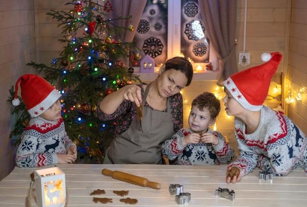 Moeder en zoons maken gemberkoekjes voor kerstmis
