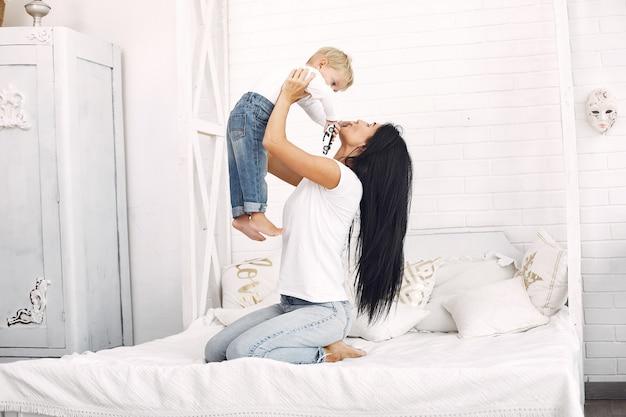 Moeder en zoontje hebben plezier thuis