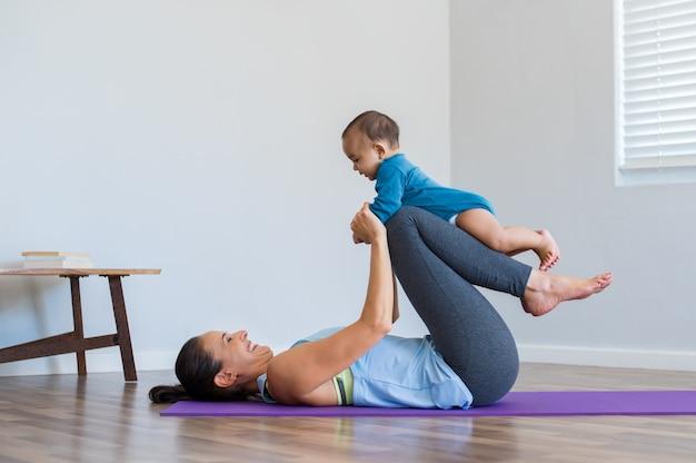Moeder en zoontje oefenen