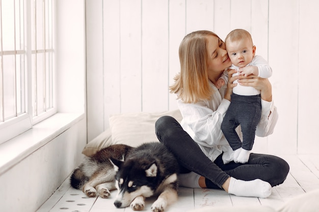 Moeder en zoontje spelen met hond thuis