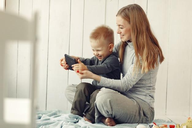 Moeder en zoontje spelen thuis
