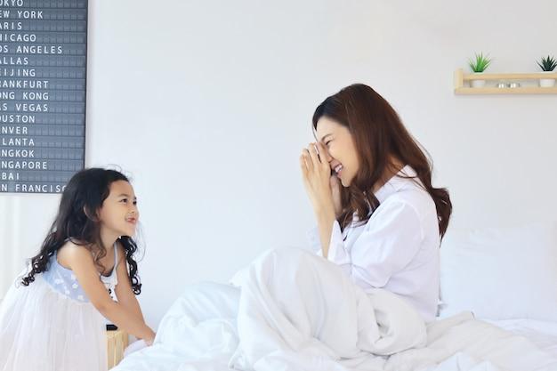 Moeder fotografeerde haar dochter in de slaapkamer op vakantie.