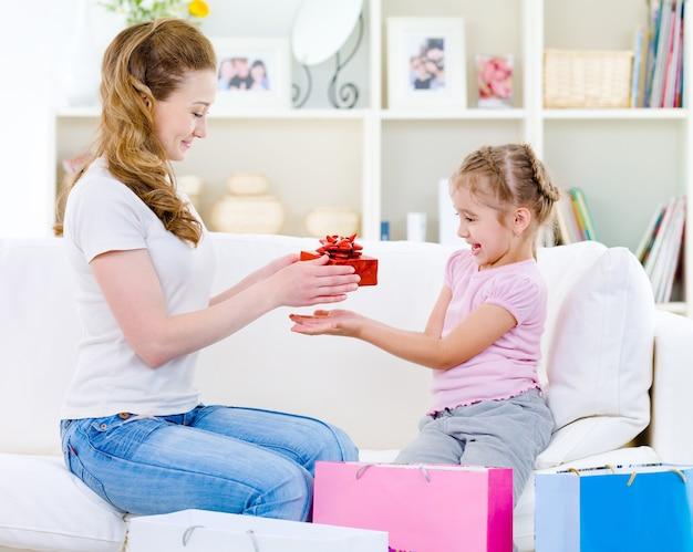 Moeder geeft een cadeau voor haar dochter