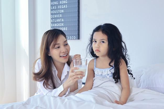 Moeder geeft 's ochtends haar dochtermelk