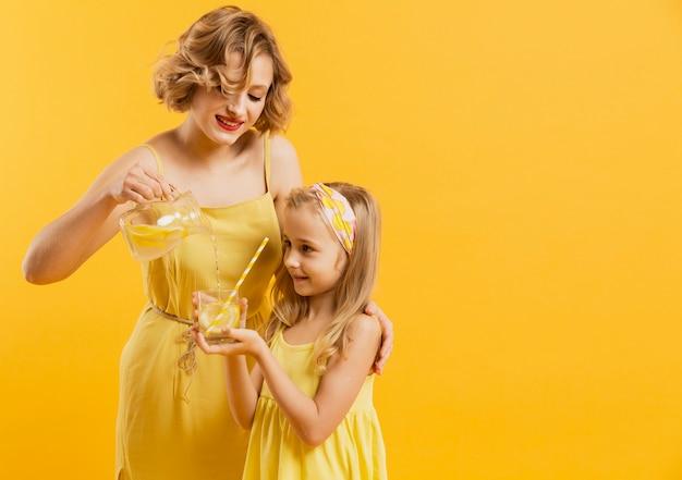 Moeder gietende limonade voor dochter