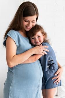 Moeder haar dochter knuffelen