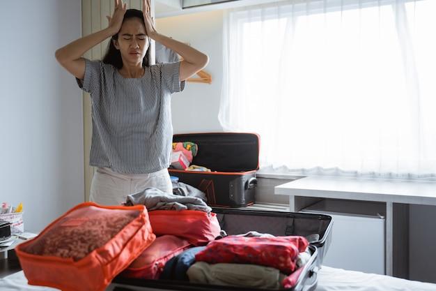 Moeder heeft hoofdpijn bij het klaarmaken van kleding en tassen