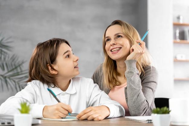Moeder helpt dochter om te studeren