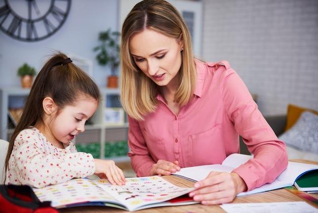 Moeder helpt haar dochter met huiswerk