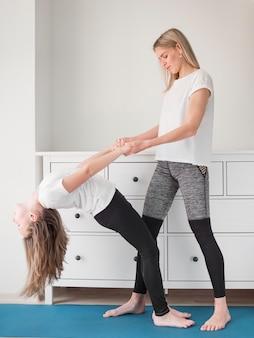 Moeder helpt meisje om te trainen